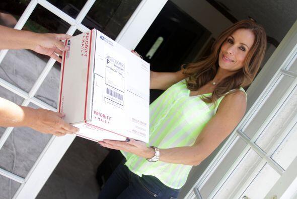 Días después, en Los Ángeles… Mi prima Amanda recibe la caja.