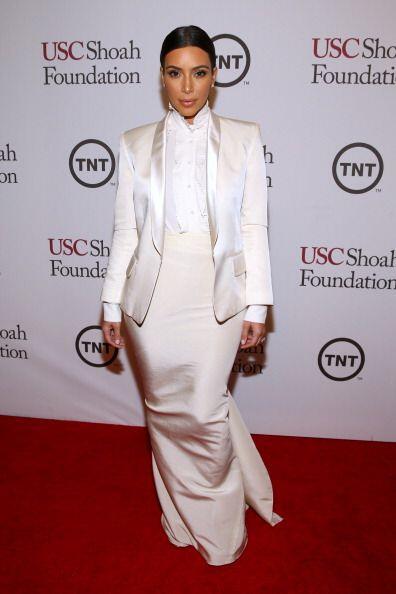 Y aunque este vestido blanco no es su 'look' más despampanante, la Karda...