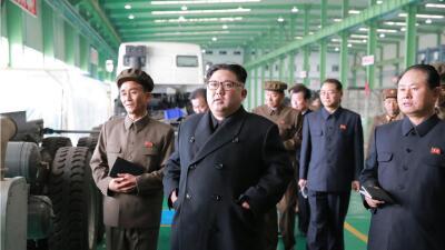 El líder norcoreano, Kim Jong Un, visita una fábrica de ca...