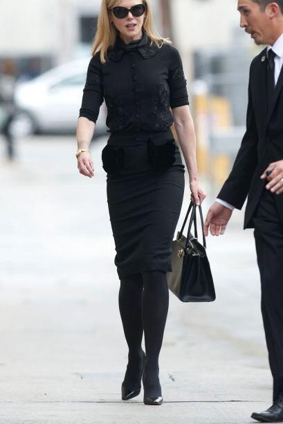 Llegó muy seria y, por supuesto, vestida de negro de pies a cabez...
