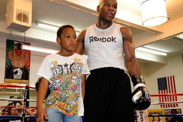 Floyd estuvo acompañado de su hijo Zion, quien espera ser campeón como s...