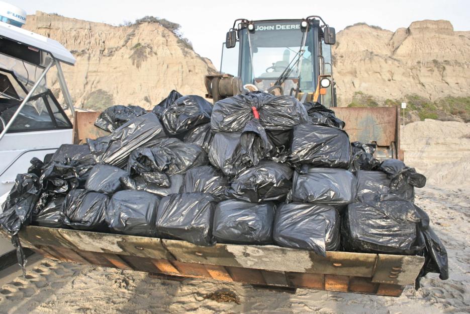 Los 82 paquetes estaban envueltos en bolsas negras para la basura.