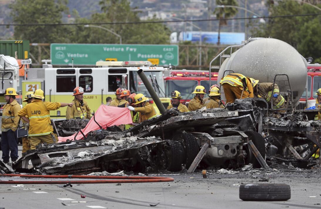 Bomberos investigan los estragos que dejó un accidente mortal sobre la a...