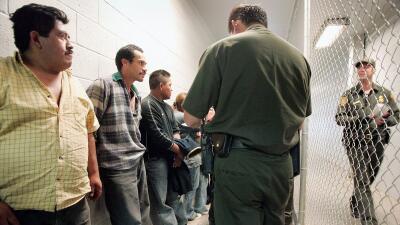 Inmigrantes detenidos por la Patrulla Fronteriza en un tramo de la front...