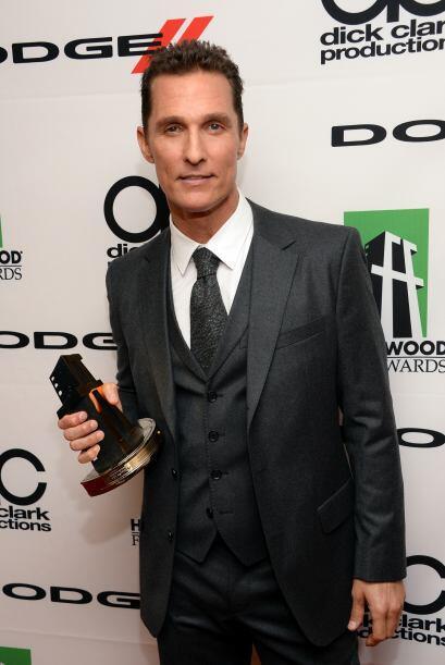 Matthew McConaughey con el primer premio que ha ganado por su rol de enf...