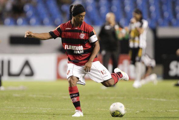 Mientras tanto el Flamengo de Ronaldinho superó por 2-0 a su clásico riv...