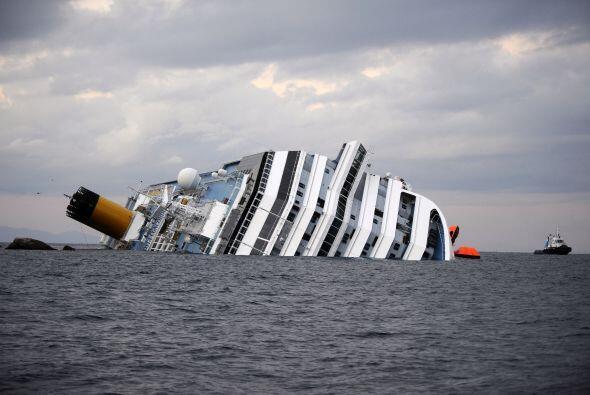 13 de enero, viernes. El crucero Costa Concordia encalla en aguas de la...