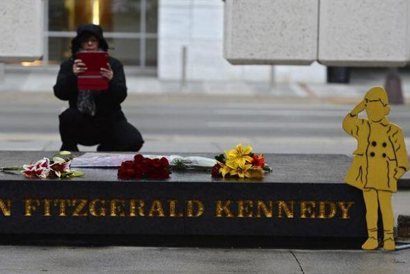 Una mujer toma una fotografía del memorial del expresidente estadouniden...