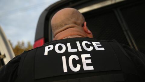 Imagen de un oficial del Servicio de Inmigración y Aduanas (ICE)...