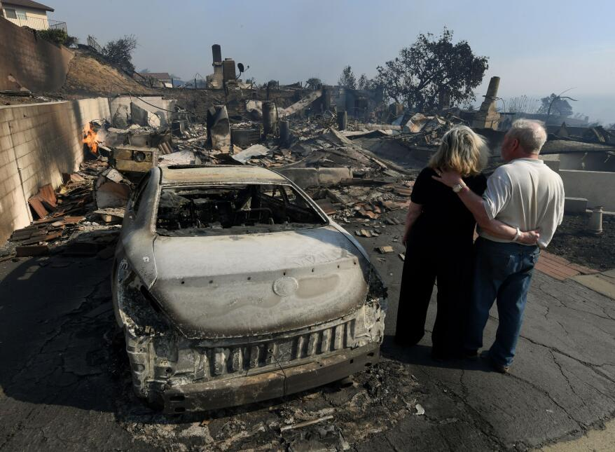 Michael y Vonea McQuillam están parados junto a su casa quemada en el in...