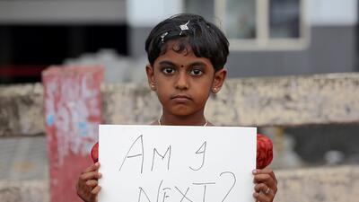 """""""¿Seré yo la próxima?"""" Los mensajes de indignación por el asesinato y la violación múltiple de una niña de 8 años"""