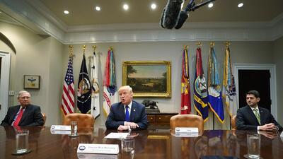 La incómoda foto con sillas vacías en la Casa Blanca con la que Trump politizó el protocolo