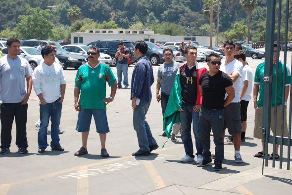 Algunos fanáticos del cuadro azteca se dieron cita alrededor del estadio.