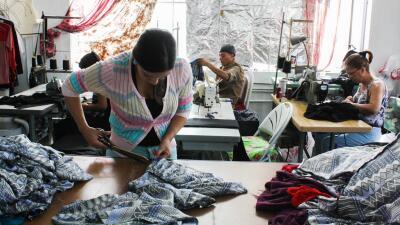 Trabajadores de un taller textil en Los Ángeles.