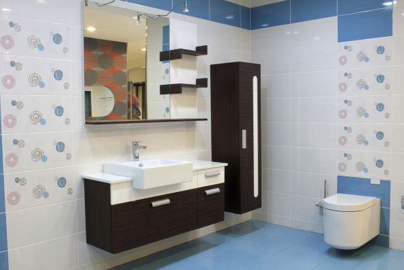 Usa una paleta de colores simple. Diseña tu baño en un sol...