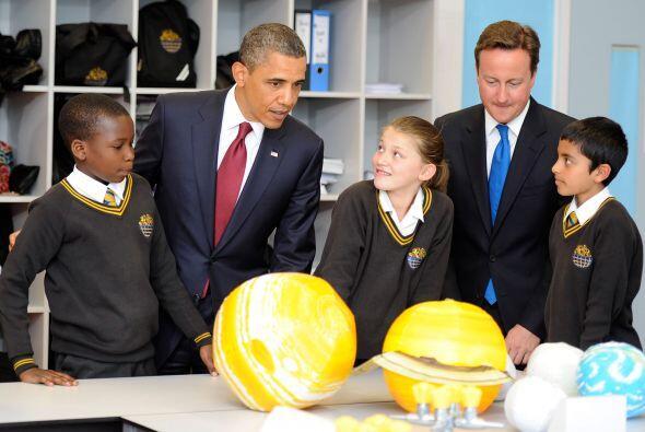El presidente llegó a la Globe Academy en Londres, acompañado por el Pri...