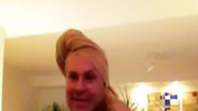 Desde Acapulco, Alán comenzó el programa con la toalla en la cabeza.