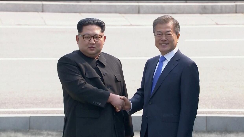 Histórico saludo entre los líderes de las dos Coreas en la frontera.