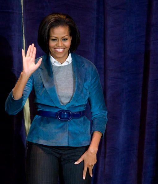 Cuando quiere darle un plus a un saco muy sencillo, Michelle recurre a o...