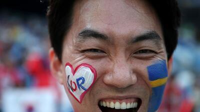 El colorido entre los fanáticos de Suecia y Corea del Sur en el Mundial
