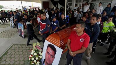Realizan velorios tras explosiones en Tultepec mientras artesanos de pirotecnia siguen trabajando