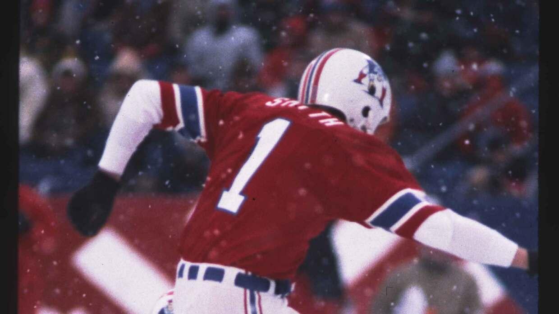 John Smith pateando el gol de campo del triunfo para los Patriots.