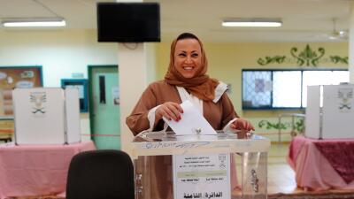 Emocionada, una mujer vota en Arabia Saudita.