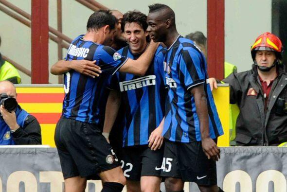 Diego Milito y Mario Balotelli completaron los goles del Inter, que al f...