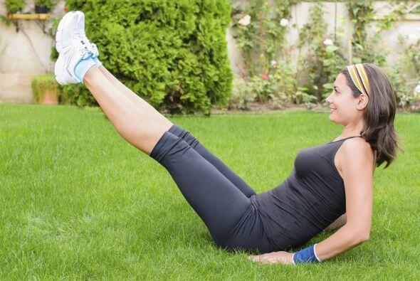 Siéntate con la espalda recta y apoya los codos, levante tus piernas a 4...