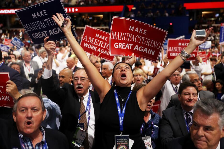 Delegados celebran luego de que Paul Ryan, líder de la Cámara de Represe...