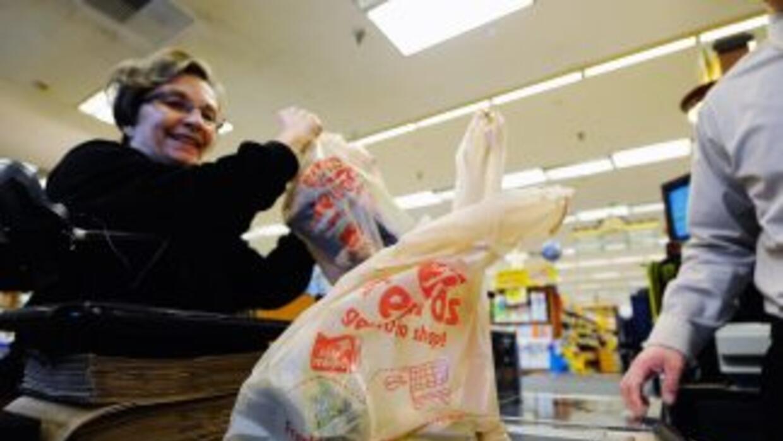 La medida tiene como propósito disminuir el uso de las bolsas de plástic...