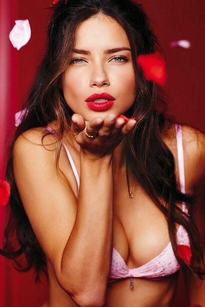 ¿Quién no quisiera recibir un riquísimo beso de esta mujer? Adriana sabe...