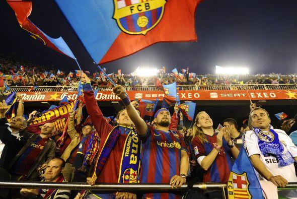 El barcelonismo se dio cita en el estadio Mestalla, casa del Valencia, q...