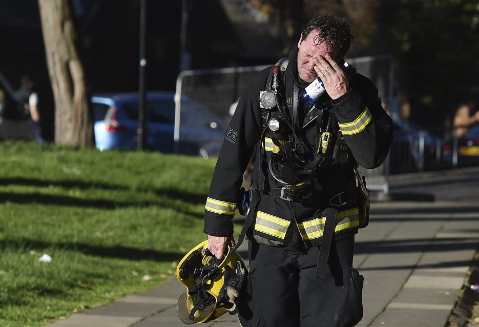 Este bombero reacciona después de labores extetuantes para apagar el inc...