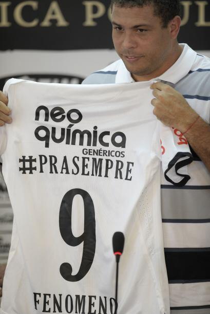 Corinthians le entregó esta playera como un homenaje por lo entregado al...