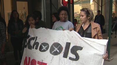 Exigen la suspensión inmediata del programa de policías en las escuelas públicas de Chicago