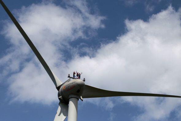 Aficionados y trabajadores de la empresa francesa de energía GDF-Suez se...