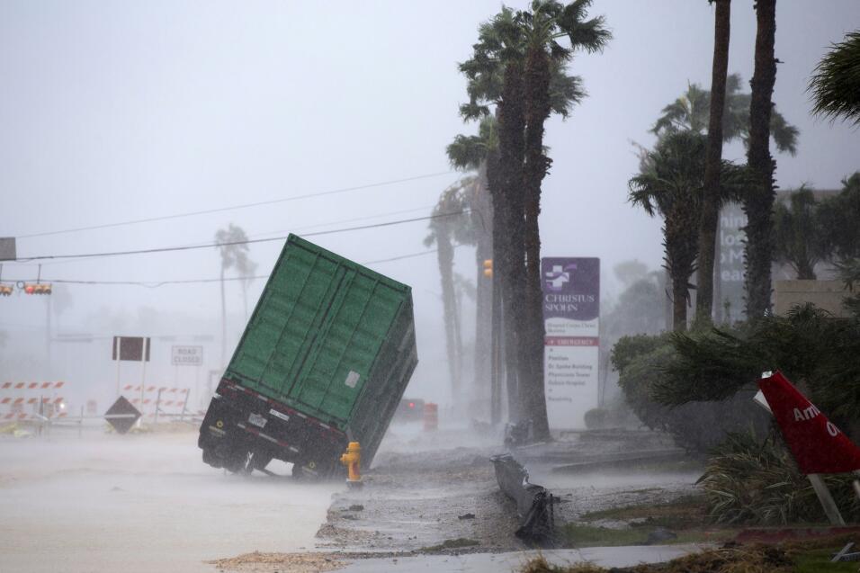 Los fuertes vientos y mareas ya golpean la costa de Texas con fuerza, au...