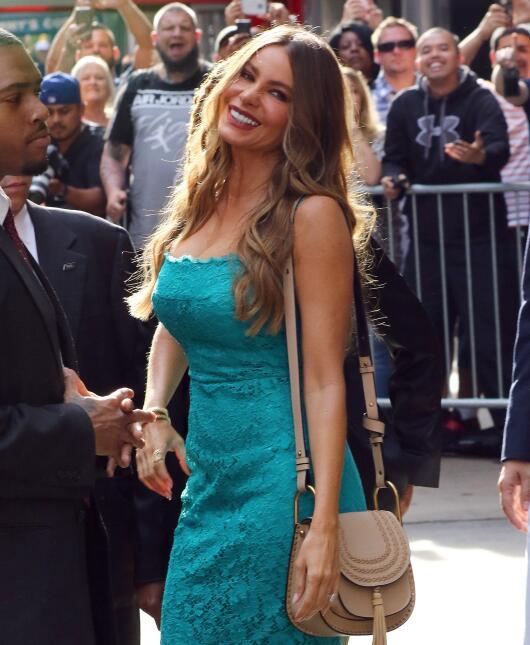Sofía Vergara con un vestido de encaje azul.