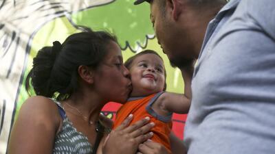 El bebé de un año que compareció solo en una corte de Arizona ya está en Honduras con sus papás