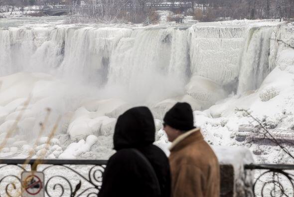 """El hielo y la nieve atraen a los turistas que se atreven a """"disfrutar"""" d..."""