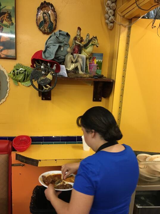 Altar religioso en un restaurante del Mercadito del Este de Los Á...