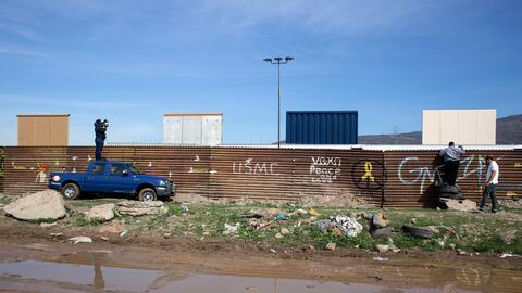 Reporteros mexicanos intentan ver lo que sucede en el área de los...