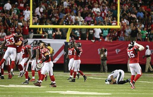 Los Eagles no pudieron alcanzar en el marcador a los Falcons y recibiero...