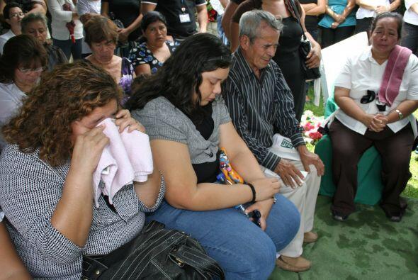 La familia rezaba por el descanso del papá y sus hijos. (Foto: Cortesía...
