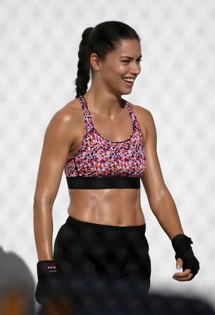 Adriana Lima en sesión de fotos para una marca de ropa atlética.