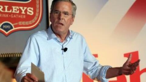 El precandidato republicano Jeb Bush habla en un evento en Council Bluff...