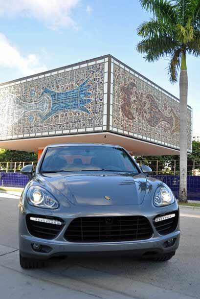 La Porsche Cayenne Turbo 2011 al pie del icónico edificio de la Fundació...
