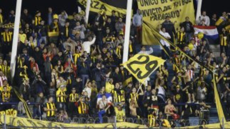 Los fanáticos del paraguayo Guaraní acompañan a su equipo en Buenos Aires.