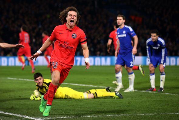 El defensa brasileño del PSG, David Luiz, al igual que Benzema percibió...